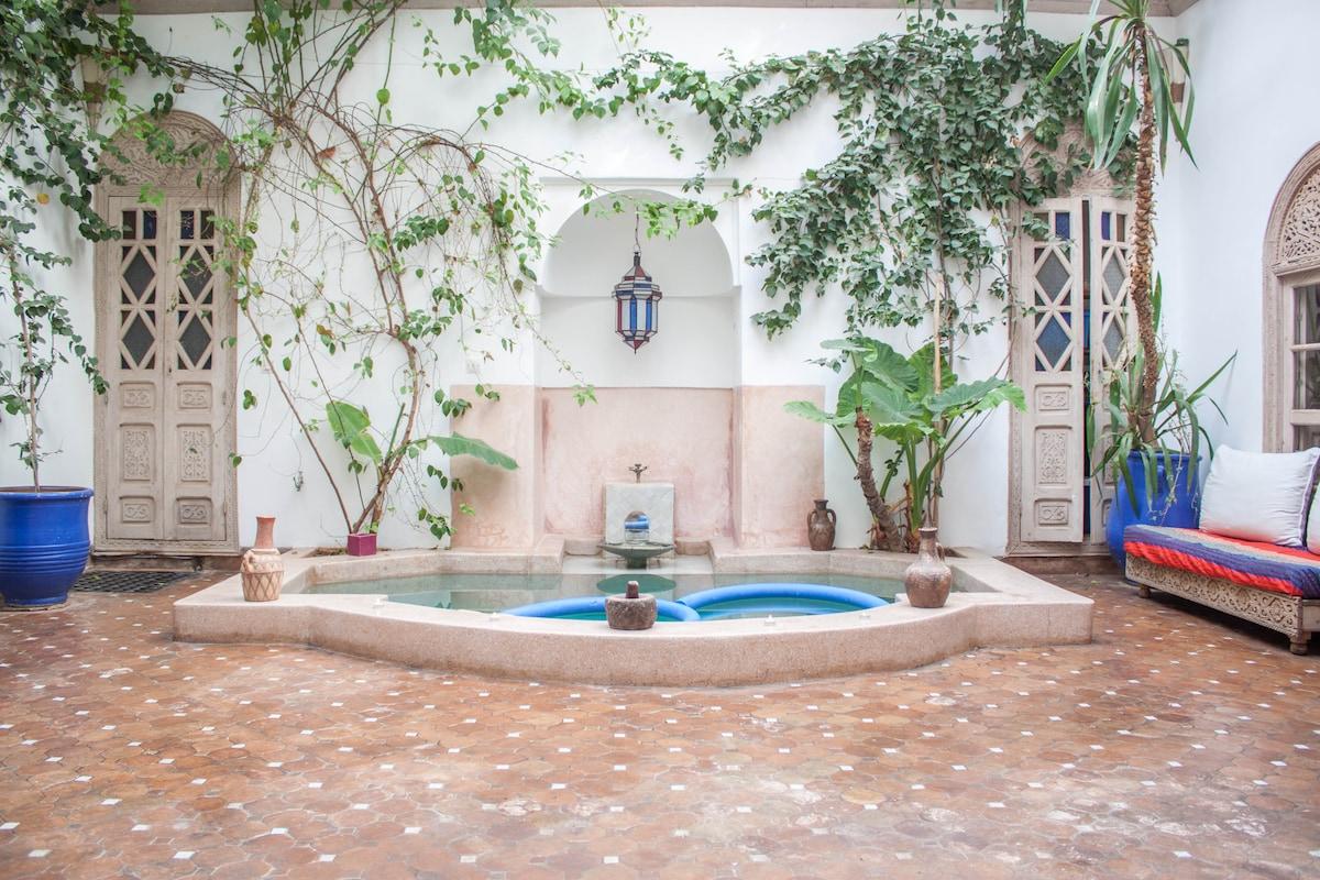 Vue du patio avec le bassin
