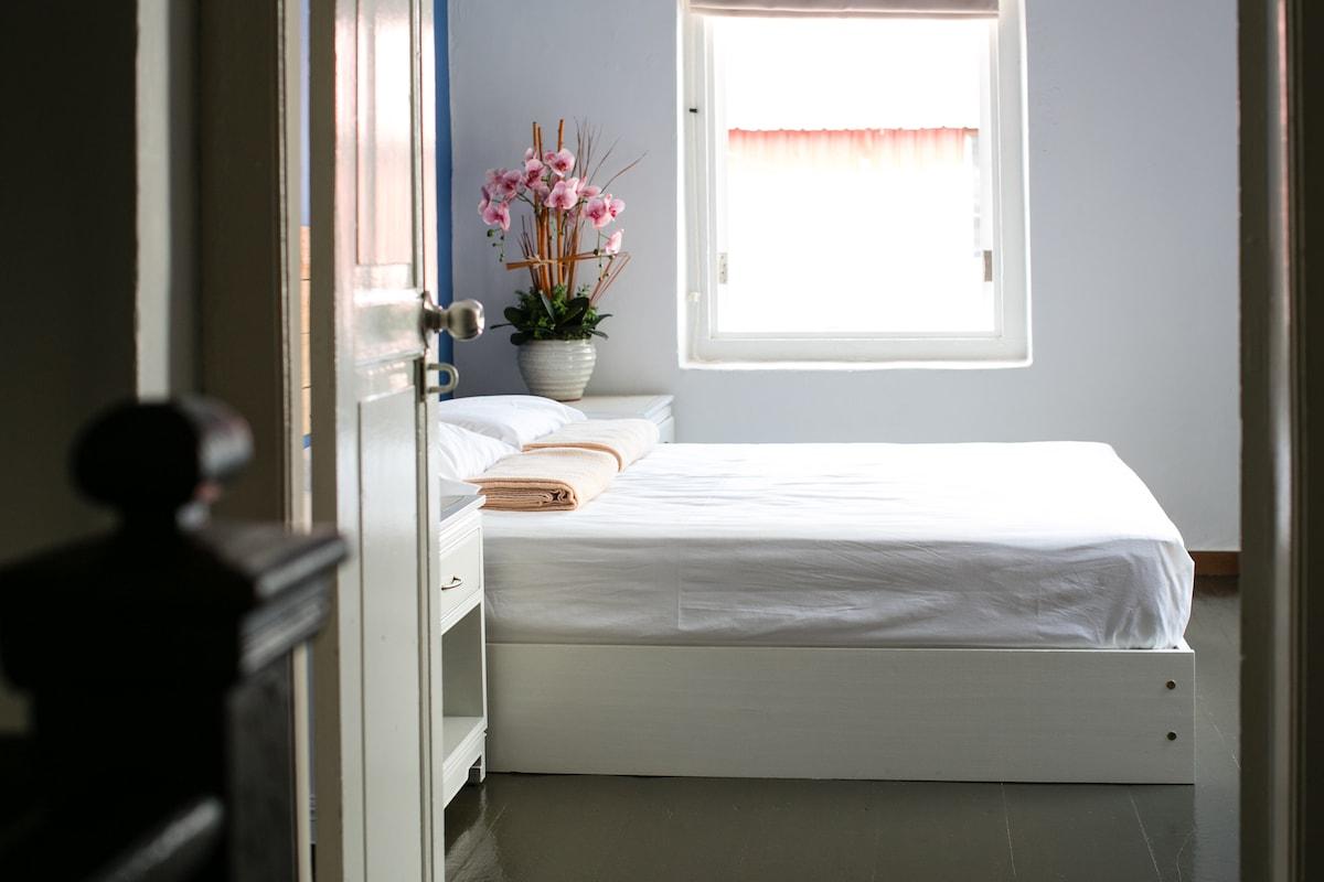 """Surly"" - Cozy Room, Pedal Inn"