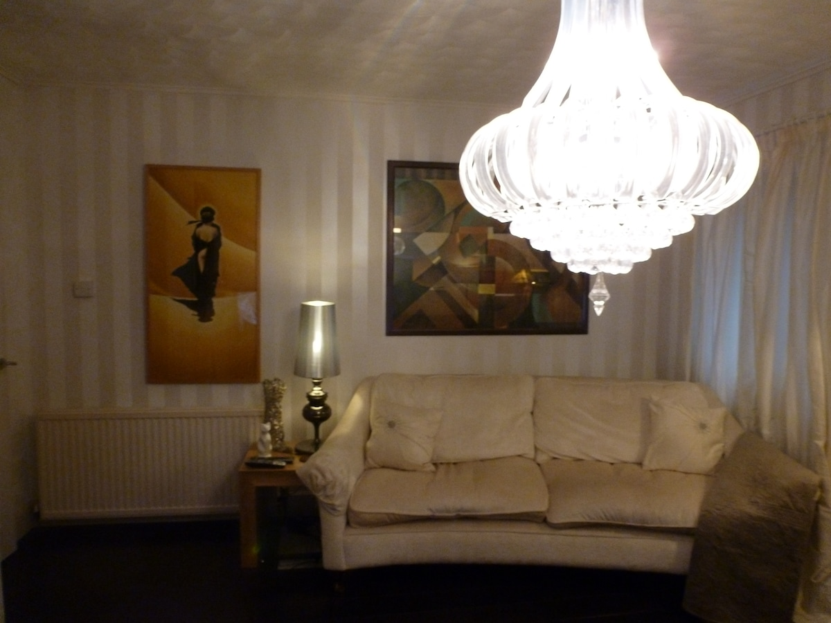 Another view of lounge!!