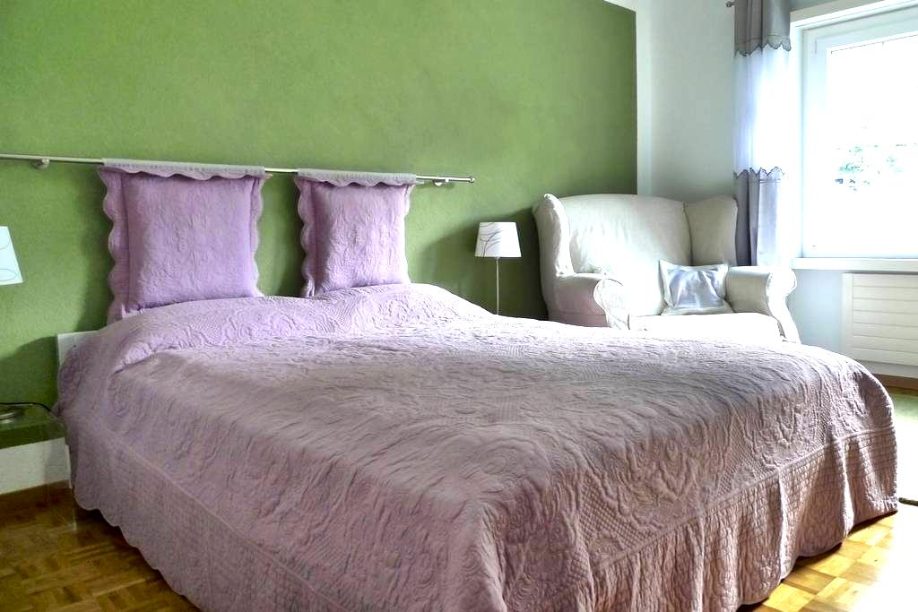 Old town, 1 room with private bath and breakfast - Chur - Leilighet