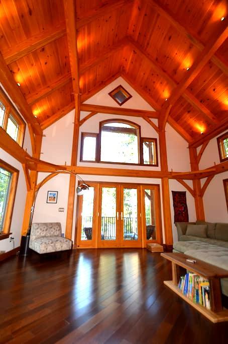 Woodland Shores Lakefront Mansion - โลดิ