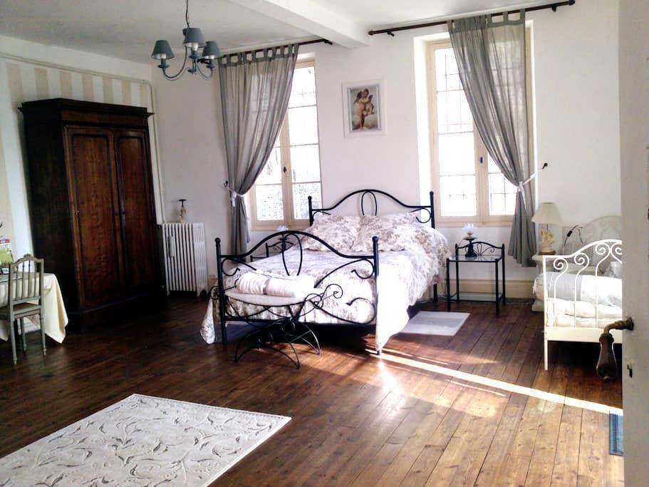 """Chambre XIXe siècle""""mademoiselle"""" - Puy-l'Évêque"""