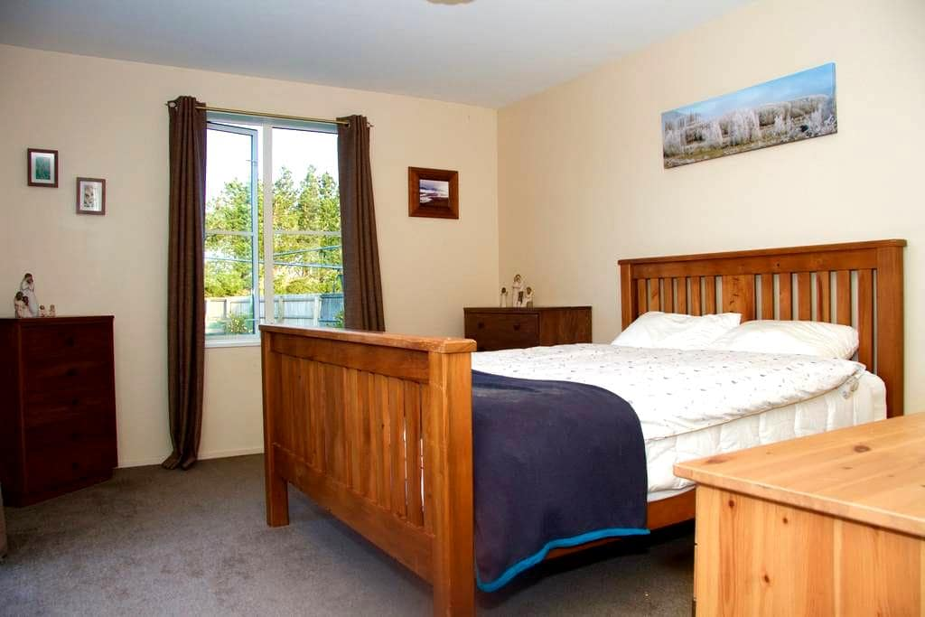 Warm, sunny private room in Amberley - Amberley - Dom