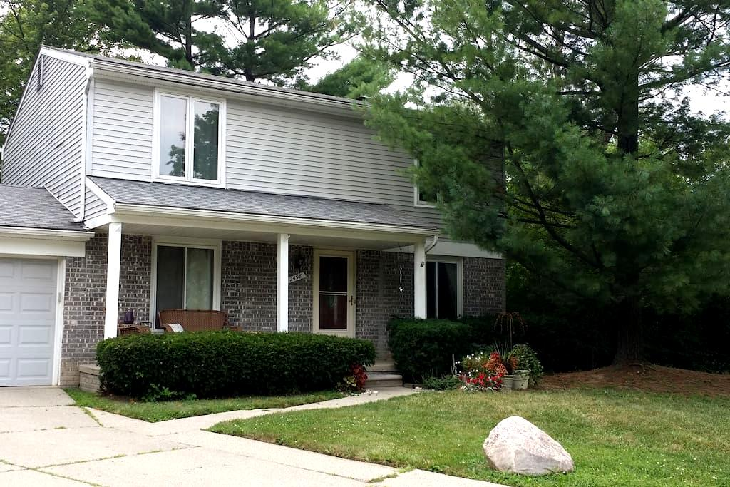 Spacious home, centrally located - Ypsilanti - House