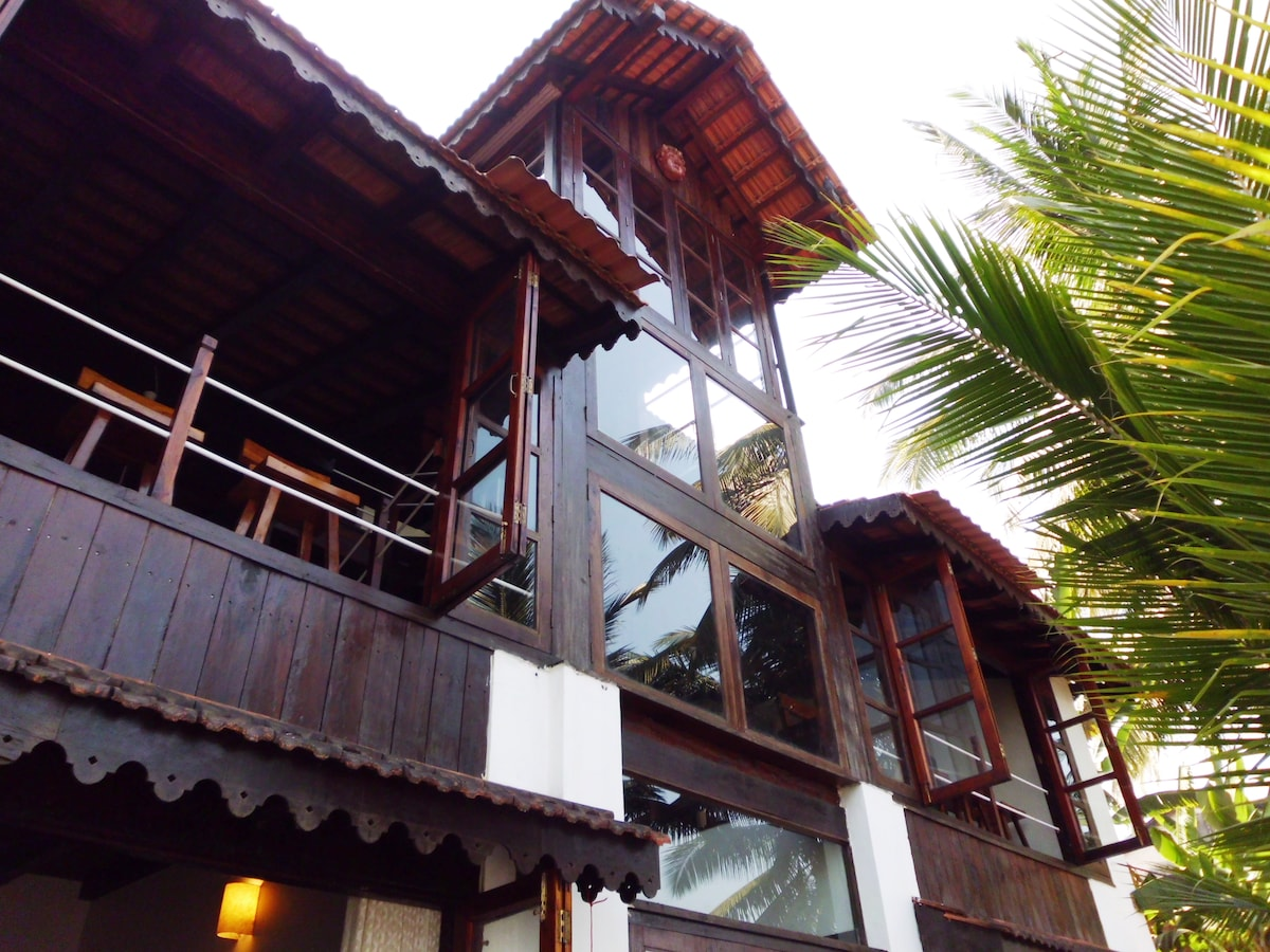 True Chalet live in the warmth of wood bang on the river Mandovi