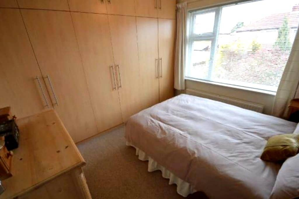 Cosy room in a friendly and bright home in Cheadle - Cheadle - Rumah