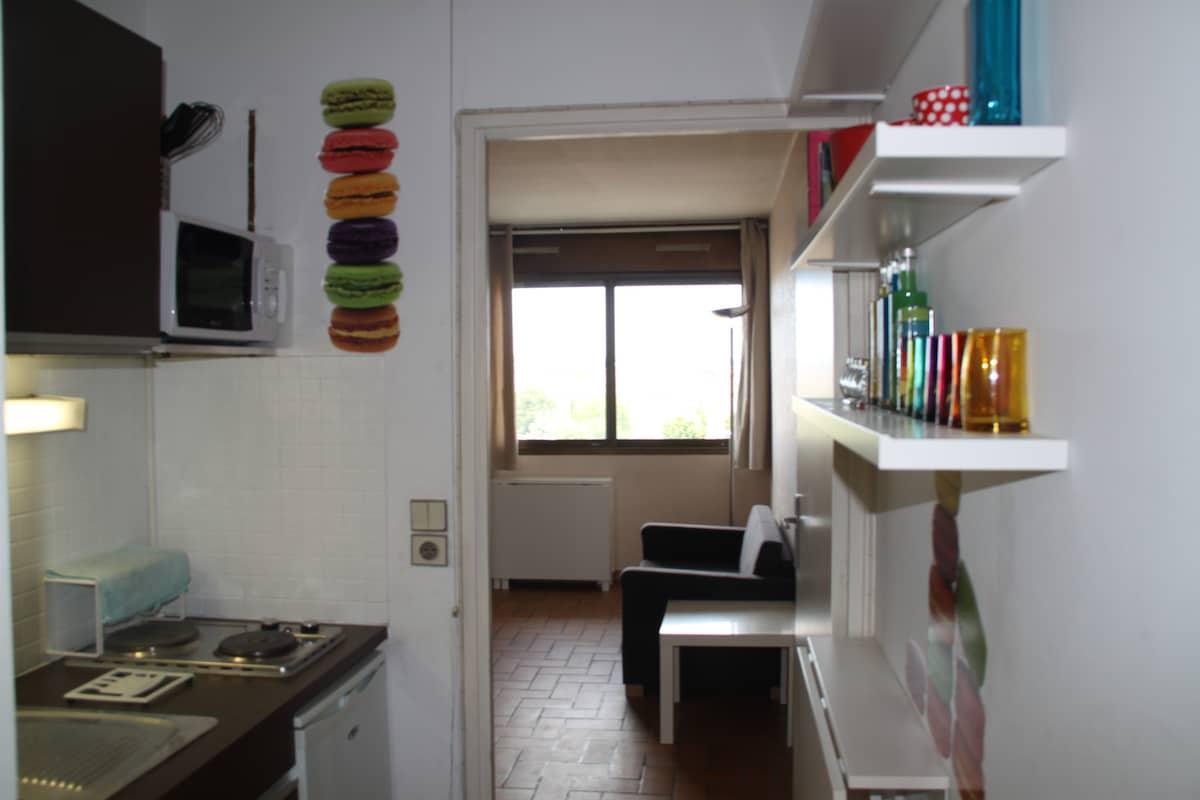 une vue d'ensemble de la cuisine puis du séjour / a view of kitchen and part of living room