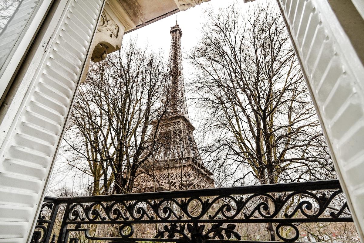 Znalezione obrazy dla zapytania View of the Eiffel Tower-Apartment Housekeeper accommodation for rent