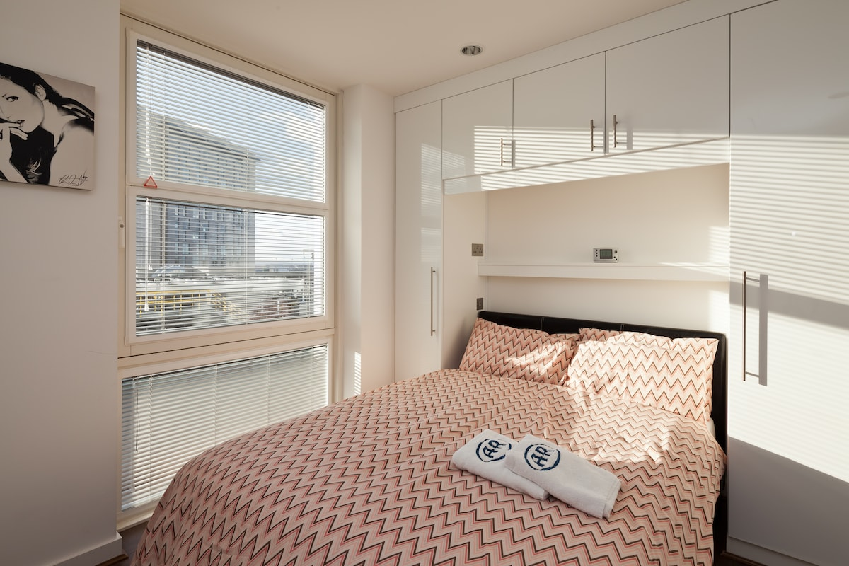 Bedroom1 Fitted wardrobes, views to the Quays.