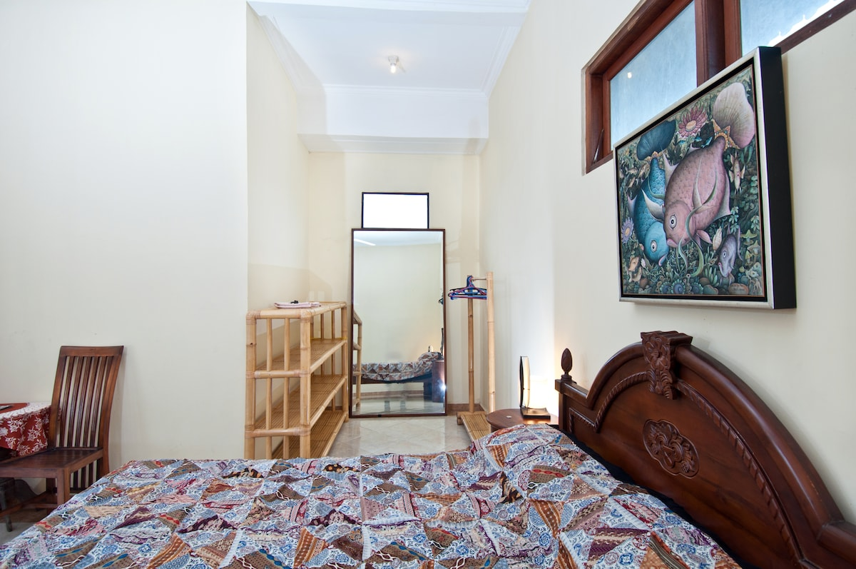 DI Atas bedroom has double bed and ample storage room.