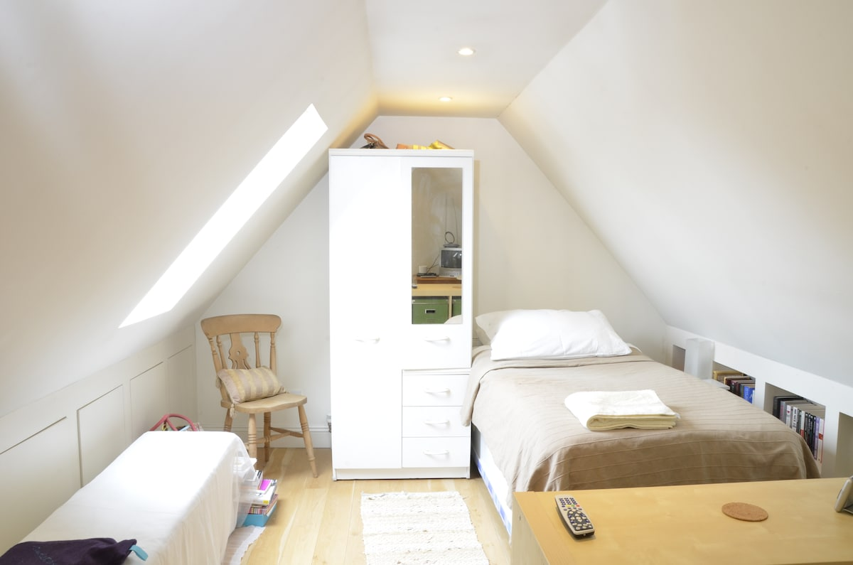 Bright Bedroom in Attractive Flat