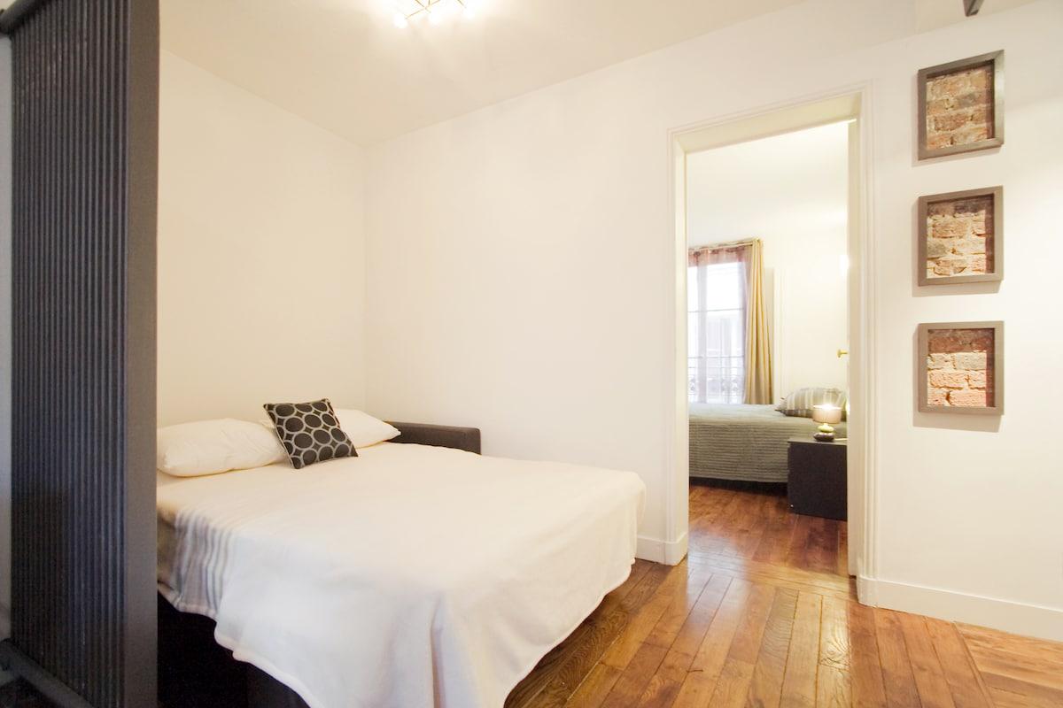 salon avec canapé-lit deplié / living room with the couch in bed