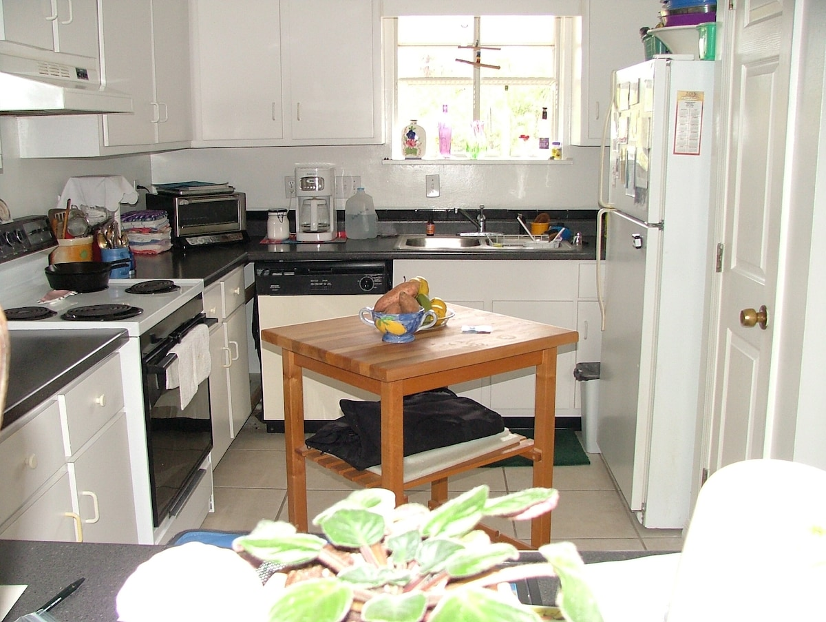 Comfortable and very well appointed kitchen (I love to cook - check my reviews!)