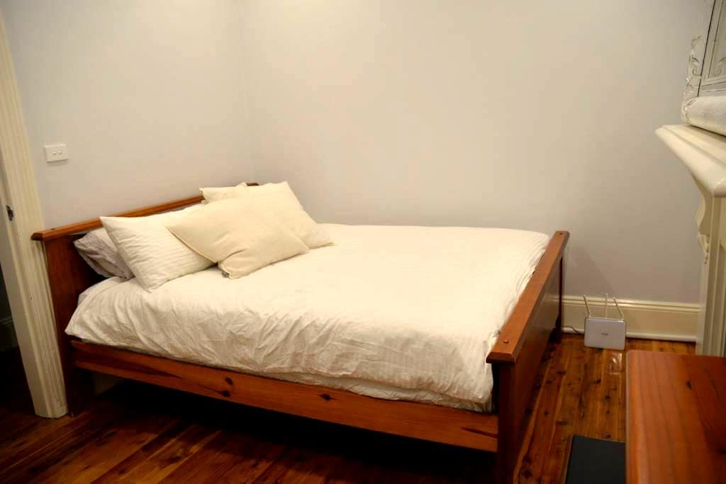 Queen room in CBD house. - Millers Point - Huis