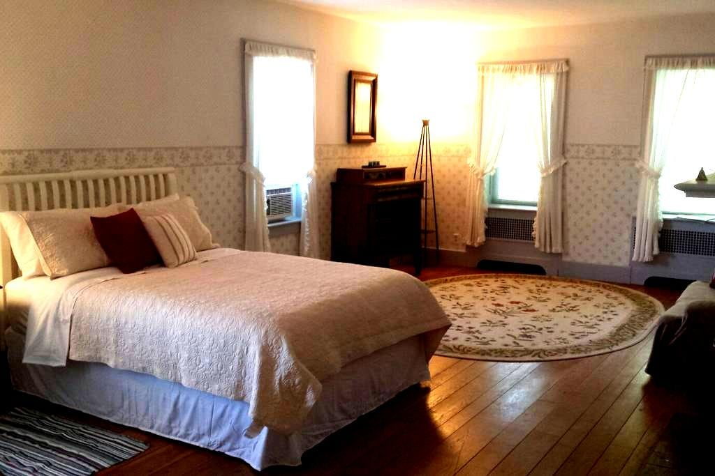 Spacious Room with Private Entrance in 1800's Home - New Hampton - Haus