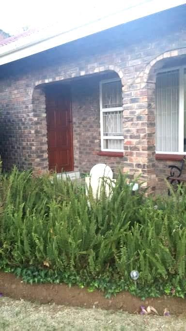 Private overnight room near OR Tambo Intl airport - Kempton Park - House