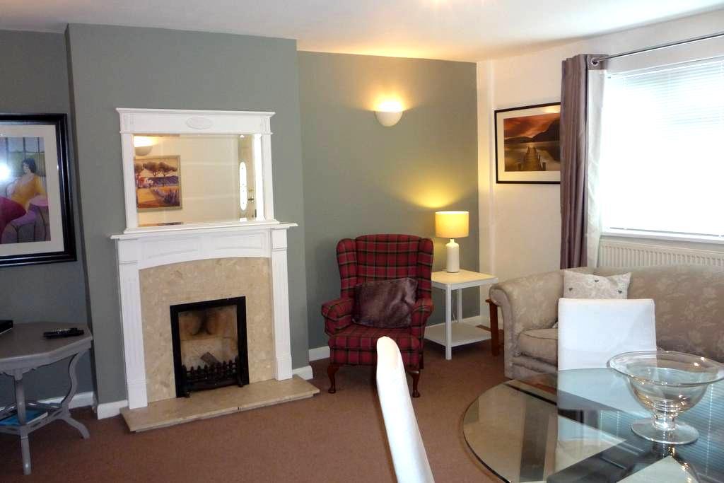 Cottage style apartment close to London rail link - West Byfleet - Apartemen