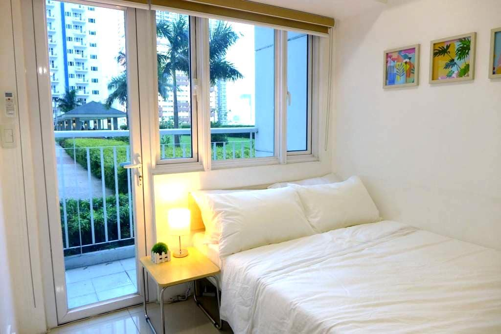 Super Accessible 1-BR  with Balcony by the Pool - Mandaluyong - Appartement