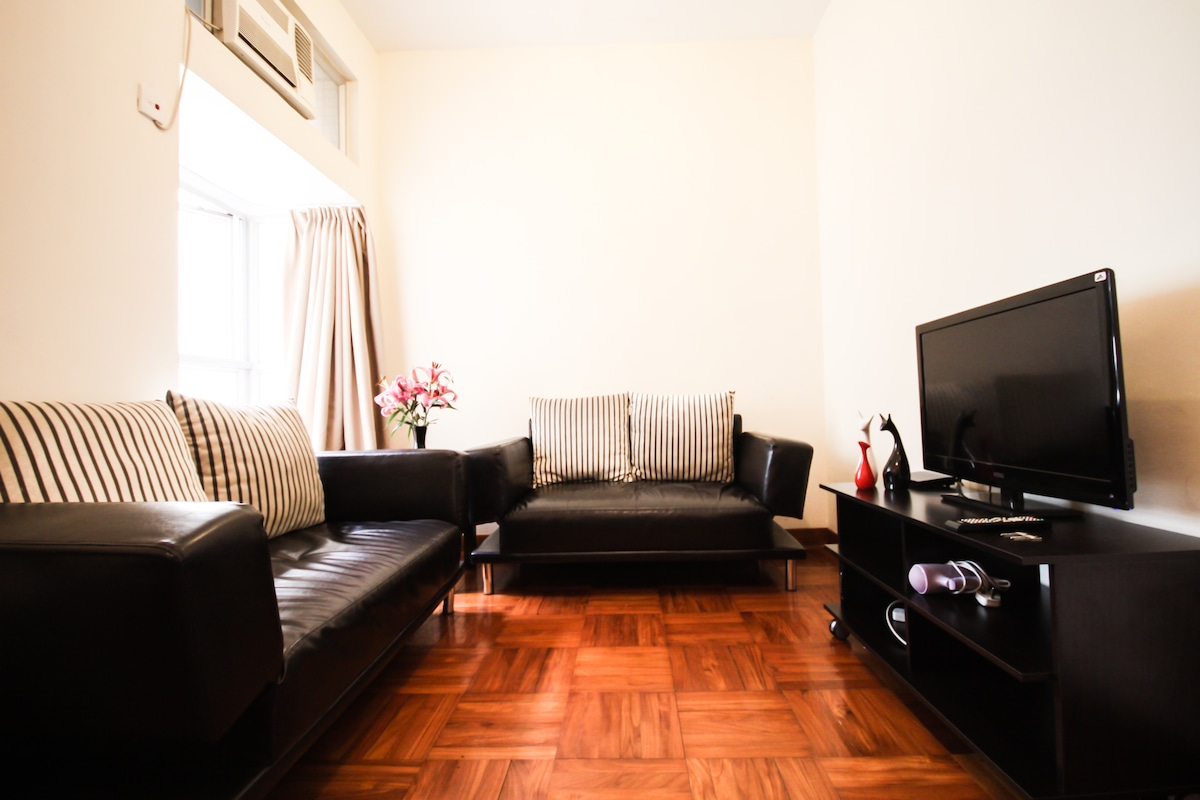 2 set of sofa could extend to 2 single sofa bed to sleep 2 more person.