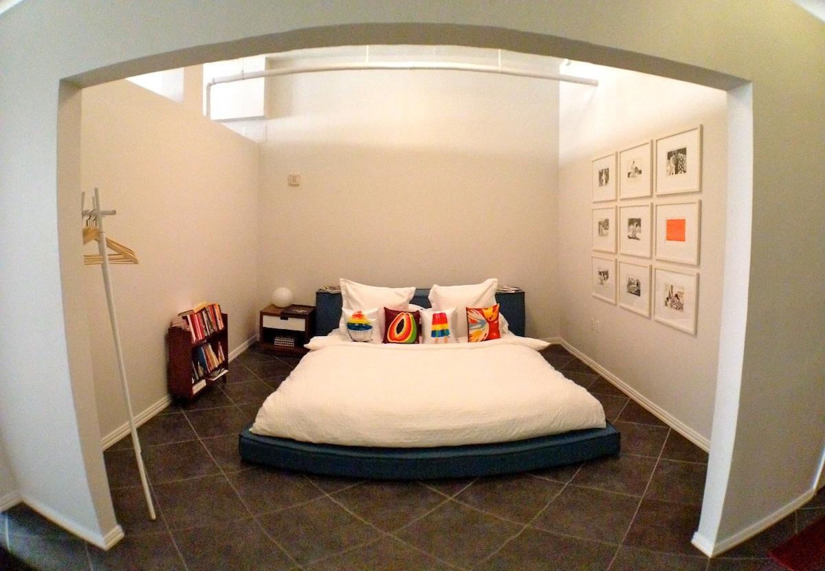 Bedroom with king size bed & eco-friendly Keetsa Cloud mattress