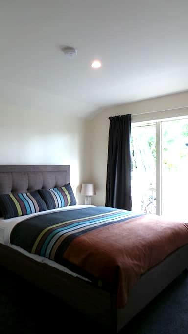 Townhouse~ Clean private modern bedroom & bathroom - Auckland