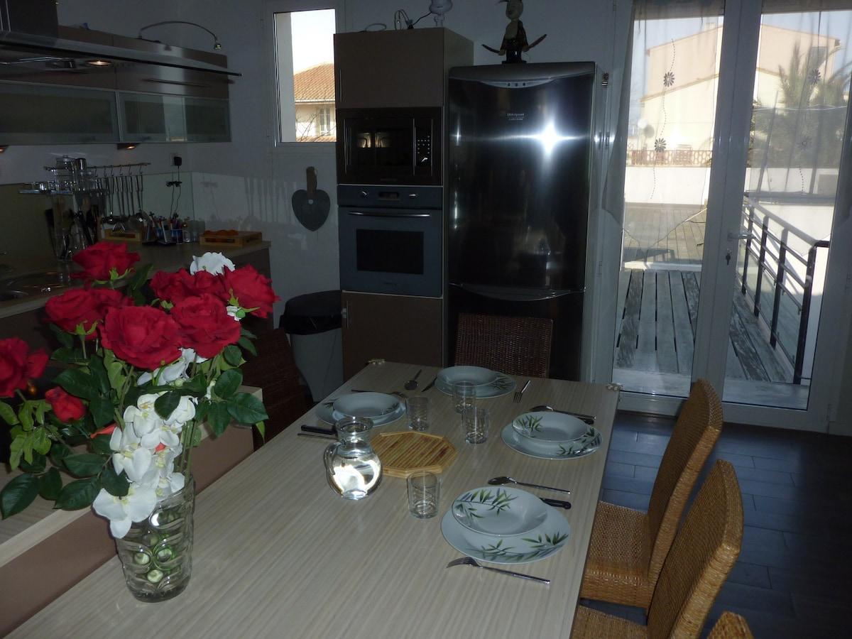 Salle à manger intérieur vue sur terrasse.