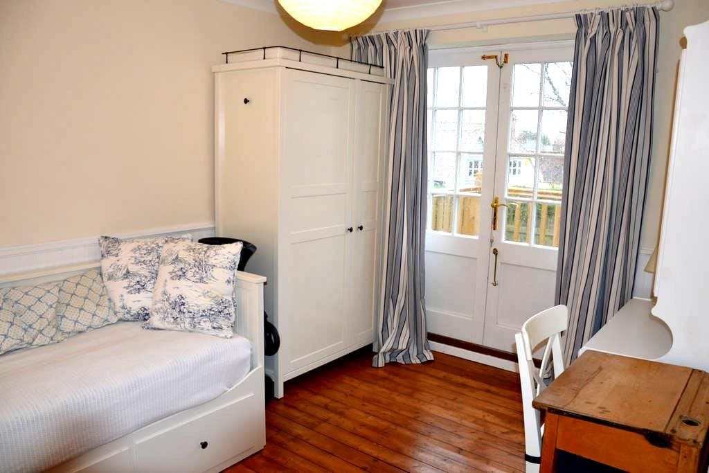 Cosy room in friendly Essex house  - Newport - Dom