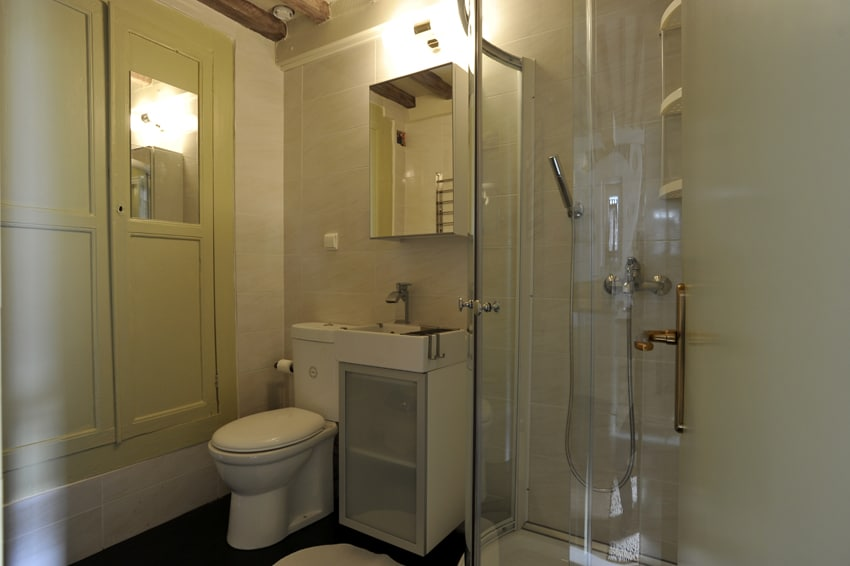 A comfortable bathroom with shower cabin!