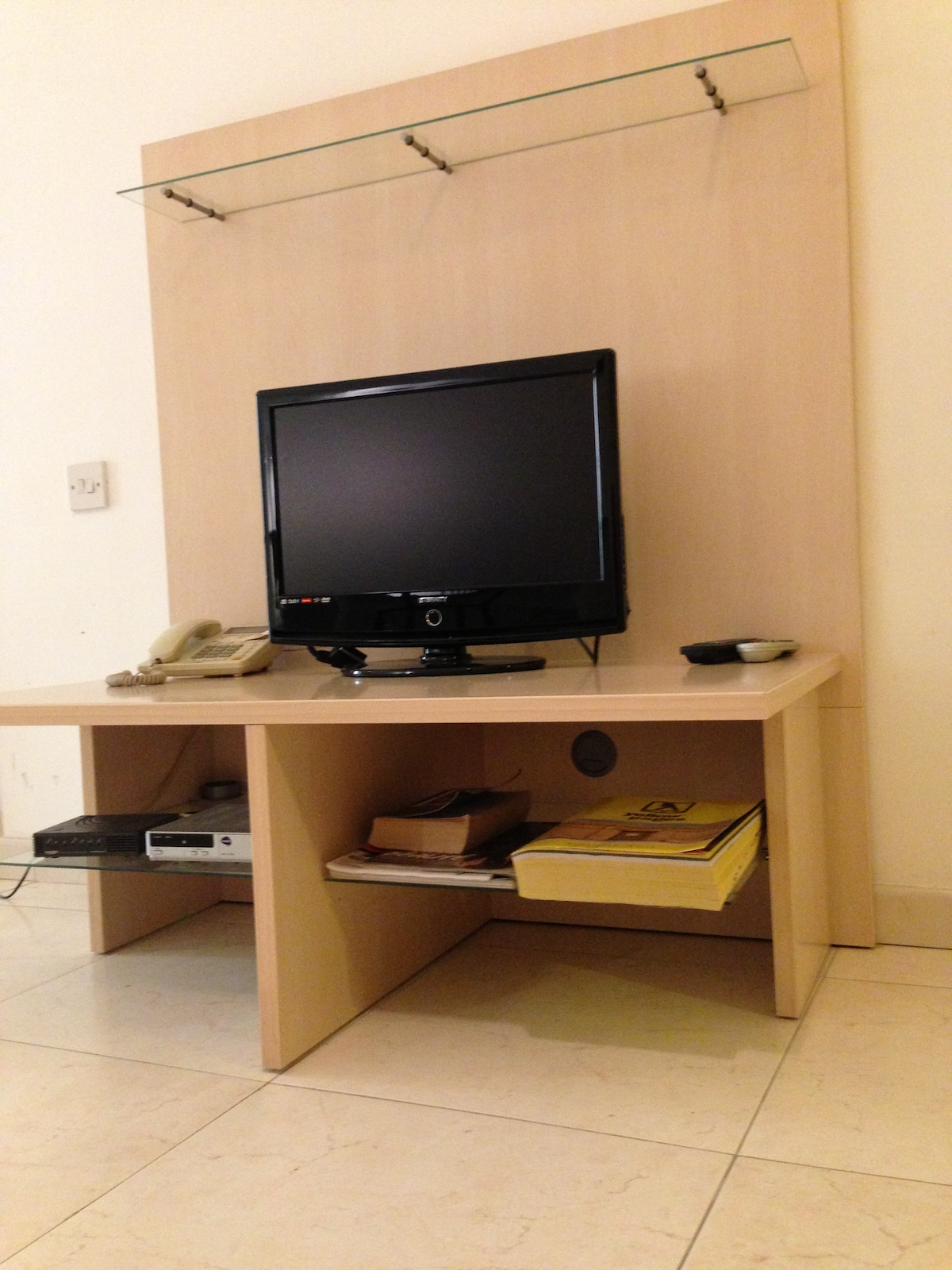 DVD TV + cable + internet ( free wifi)