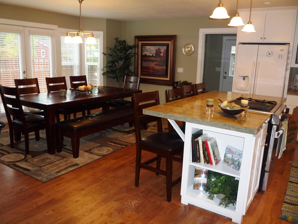 Kitchen and Dining Area... Great space for group meals!