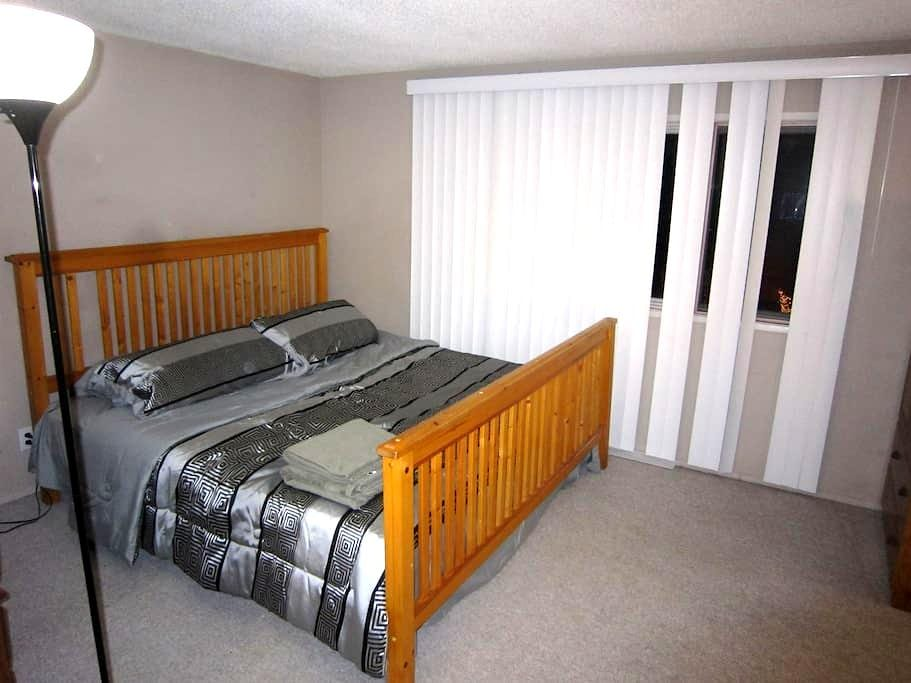 King-sized bed, Couples, 2-minute walk to C-train - Calgary - Huis