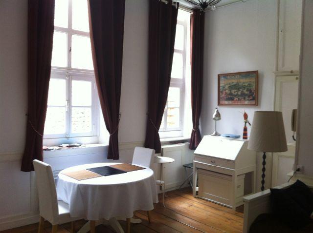 Séjour, Livingroom - Table à diner avec 2 grandes fenêtres vu sur terrasse.