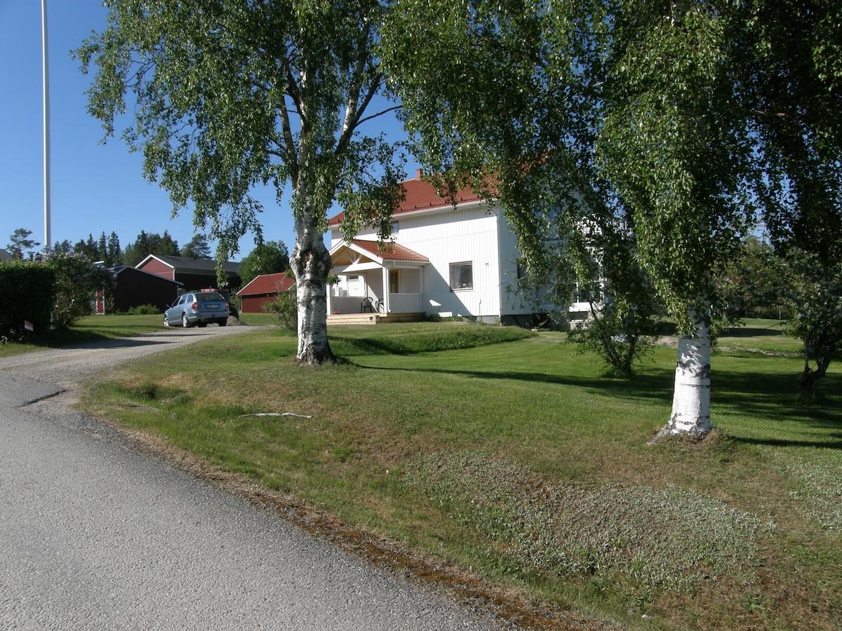 Loftet vernattningstuga centralt i Ullnger. - Cabins - Airbnb