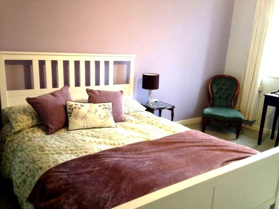 Large ensuite room; breakfast inc. - Slaithwaite - House