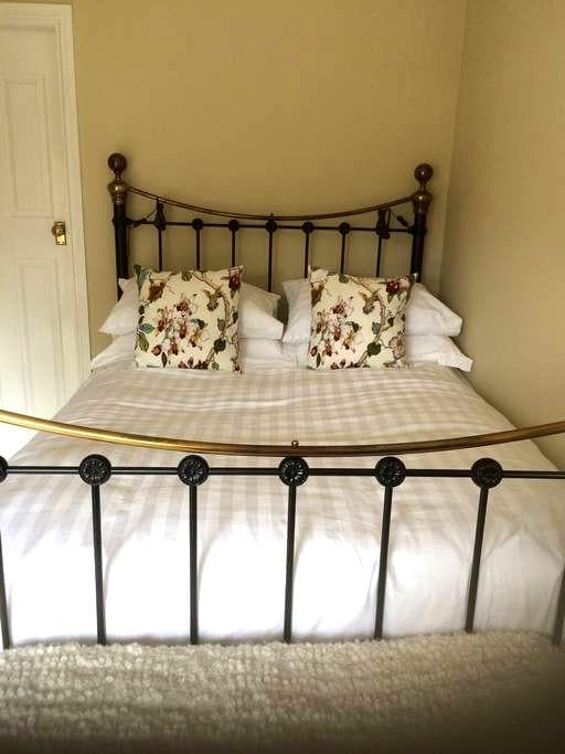 Peaceful private room, own ensuite incl. breakfast - Chesterfield - Casa