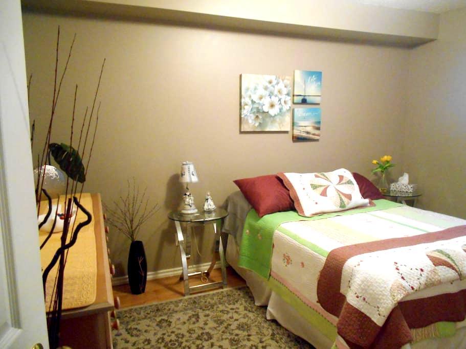 LOVELY spacious room near Edmonton - Sherwood Park - Rumah