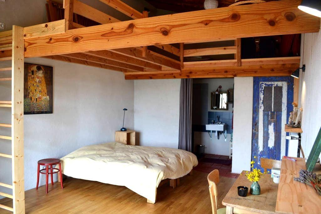 chambre d'hôtes 1001 collines, Monts du Lyonnais - Saint-Martin-Lestra - 自然地形を利用した家