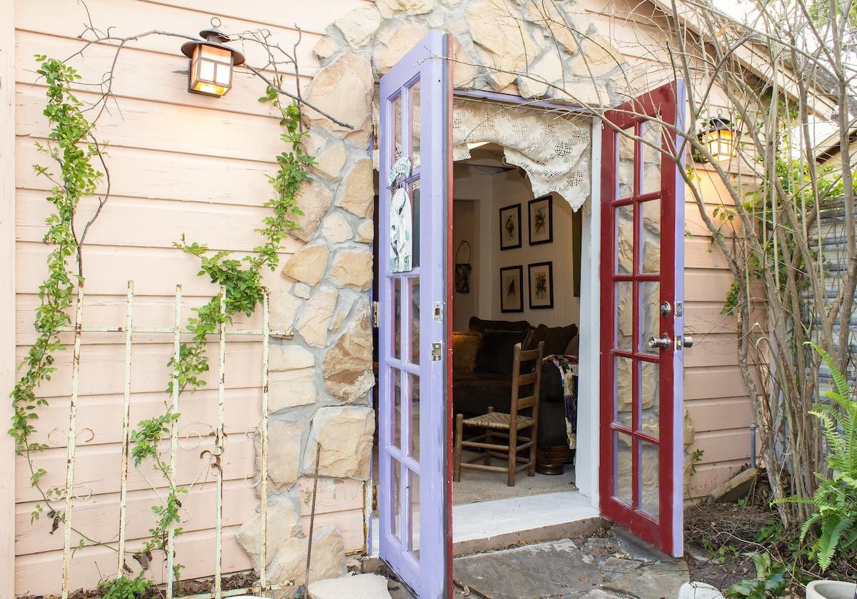 Cottage with quiet garden & patio.