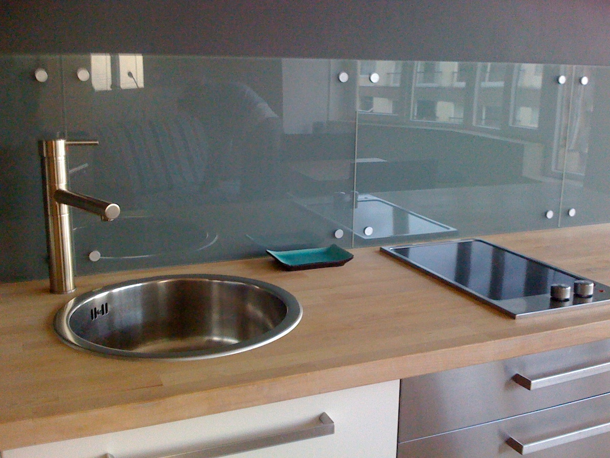 The kitchen sink and cooking plate