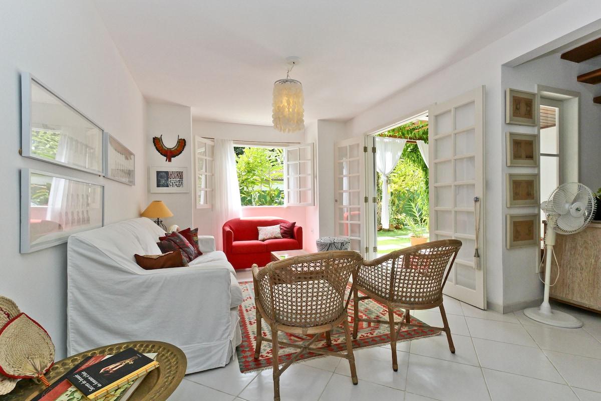 Living room and view to the garden /Sala de Estar  com vista para o Jardim