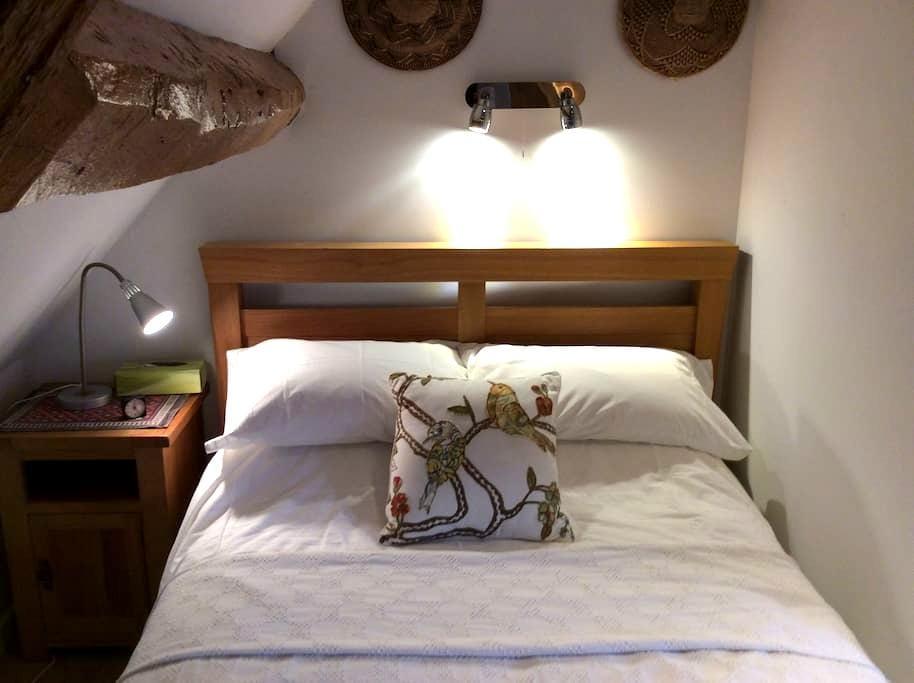 Attic bedroom with ensuite shower - Dursley - Bed & Breakfast