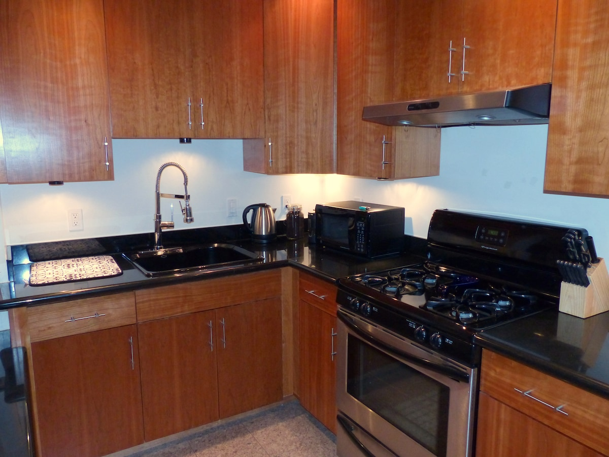 Stove with oven, microwave, complete set of plates, glasses, wine glasses, cutlery, it's all here.