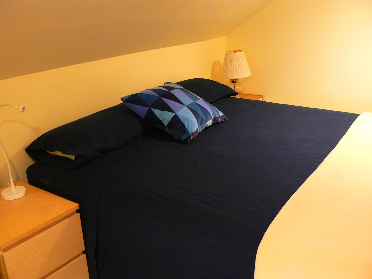 King Bed (firm mattress), nightstands and reading lights