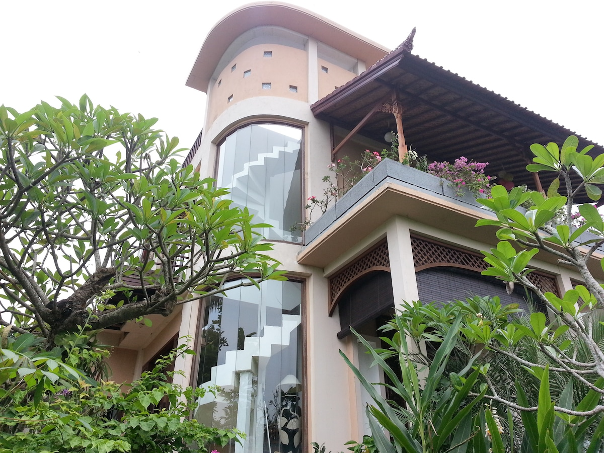 A beautiful and luxury place to stay, with tropical garden, fish pond and incredible view