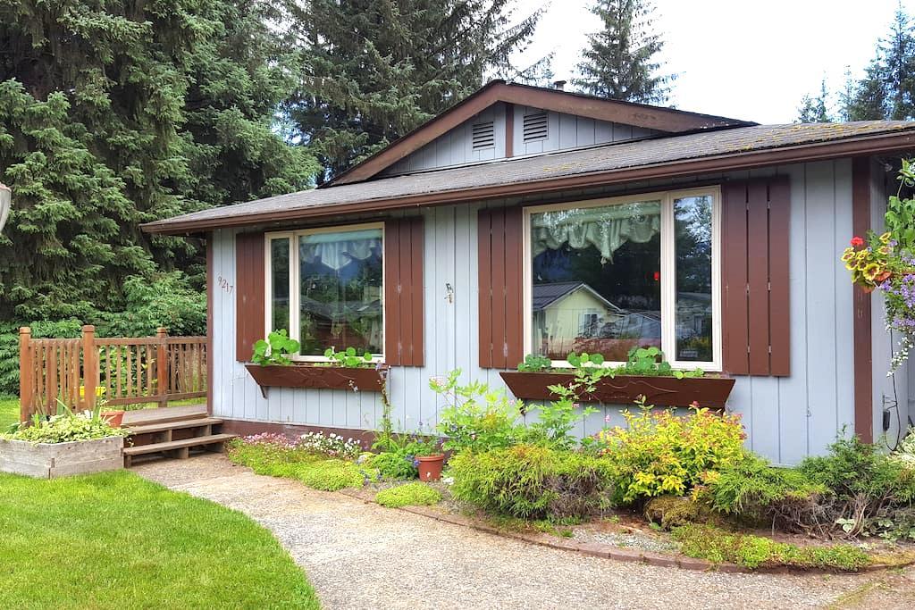 Crimson Cottage - Juneau - House