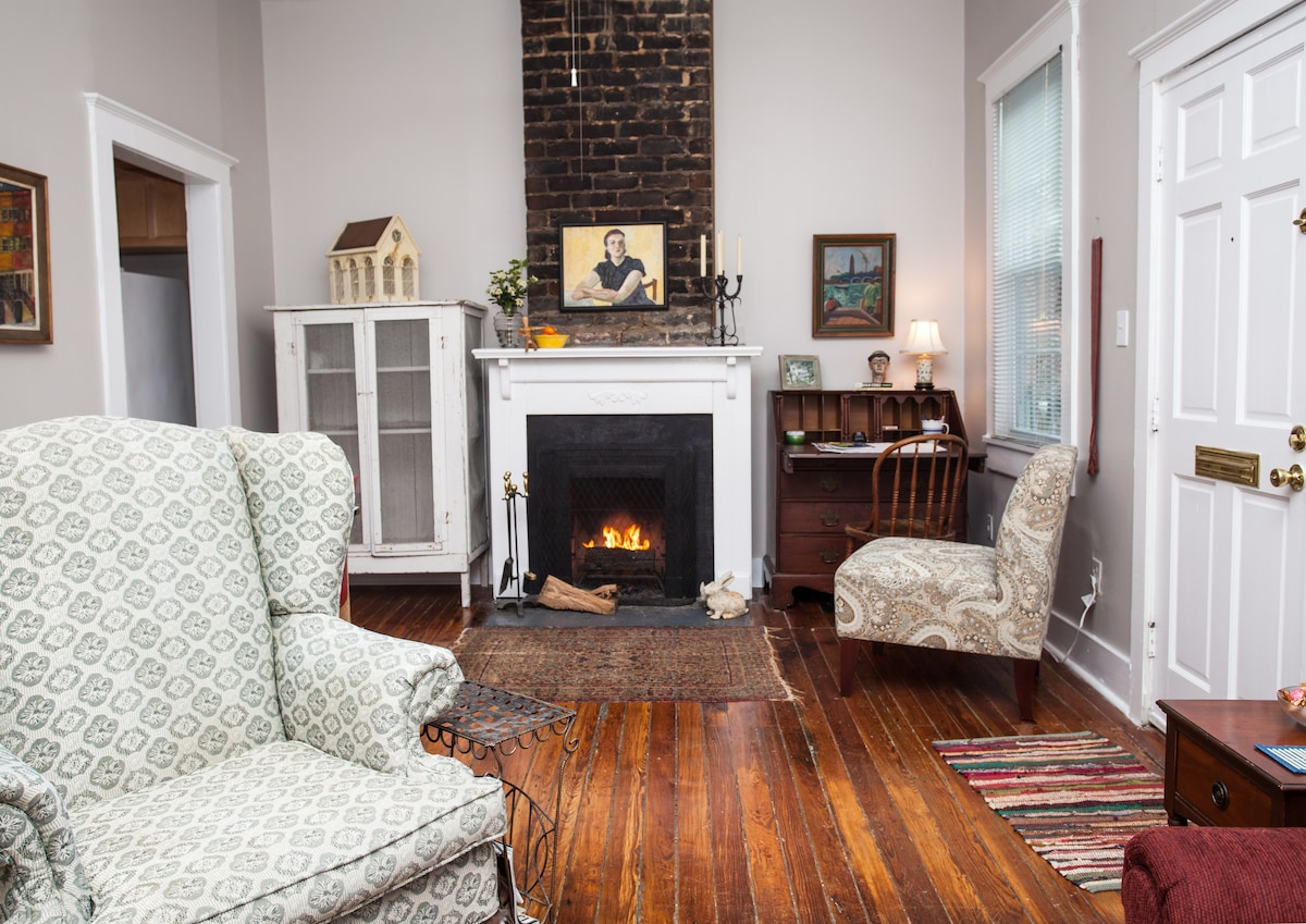 cosy living room with working fireplace!
