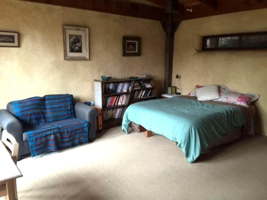 Strawbale Home In Leafy Suburb - Ringwood East - Casa
