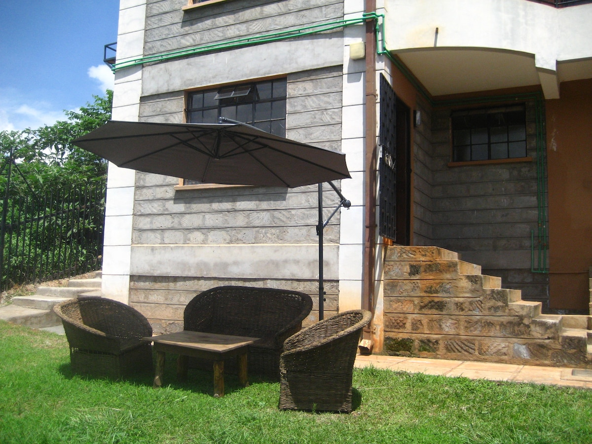 Great outdoor sitting space with views of the river and birds chirping in the bush!