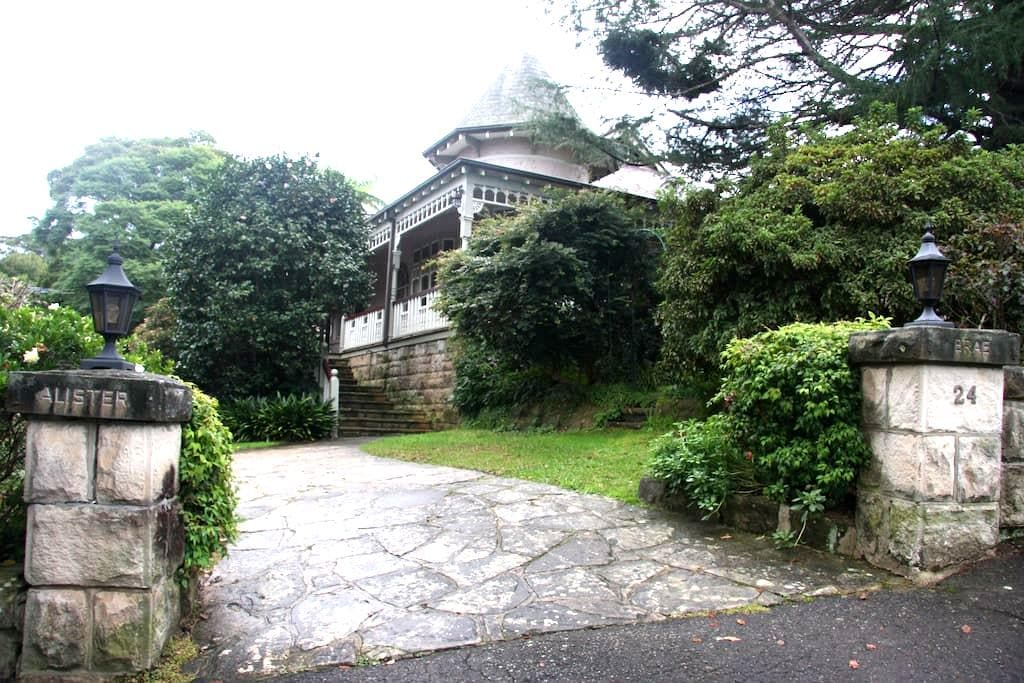 Historic Home in leafy north shore - Pymble