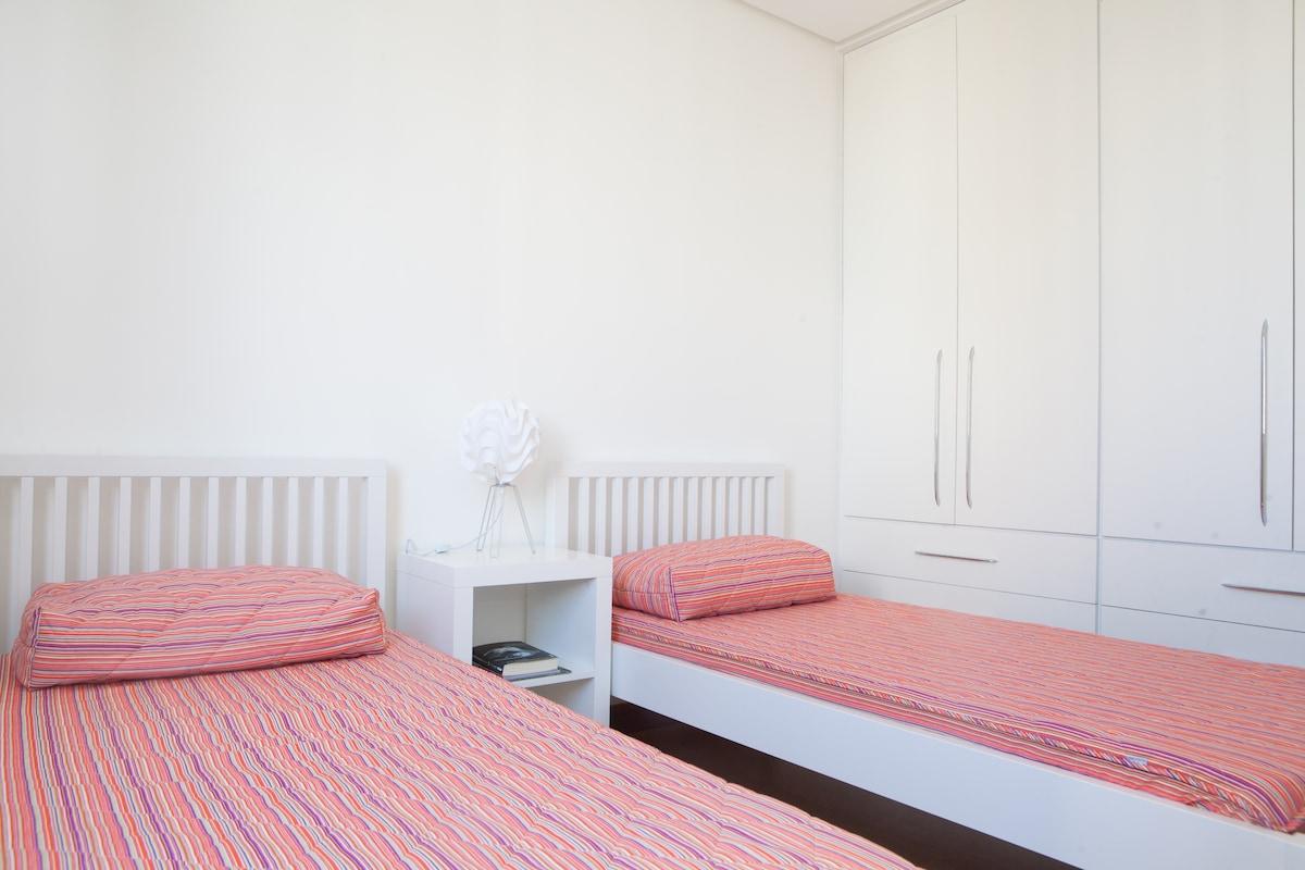 suite de solteiro com duas camas [ ar condicionado ]